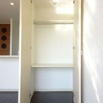 キッチン手前にクローゼット。コンパクトなのでラックがほしいな(※写真は6階の同間取り別部屋のものです)