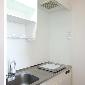 キッチンはコンパクト。IH1口ですがちょっとした自炊はできそう(※写真は6階の同間取り別部屋のものです)