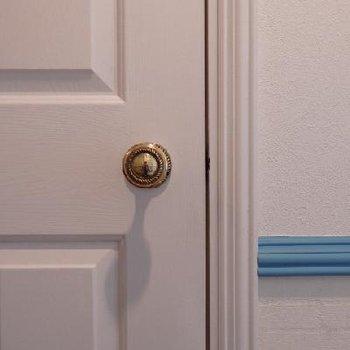 扉のドアノブもアンティーク風に