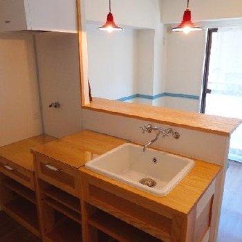 カウンターキッチンも造作でオリジナル感溢れます
