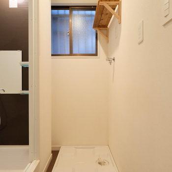 脱衣所で洋服を洗濯機へ入れてお風呂へ!いい導線。