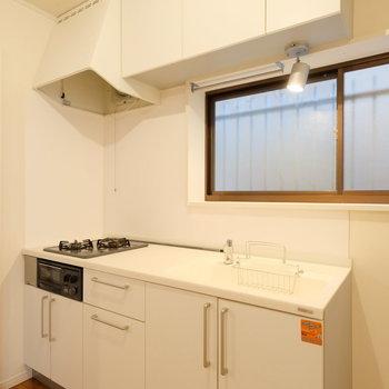 キッチンはひろーい作業場、グリル付き!