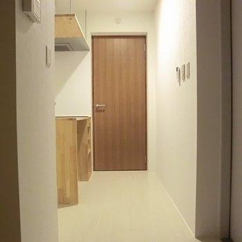 玄関アプローチ。木目がやさしい。※画像は別室です