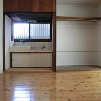 1階6帖洋室。ここにもキッチンが。