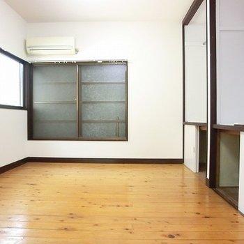 2階8帖洋室です。収納いっぱい!