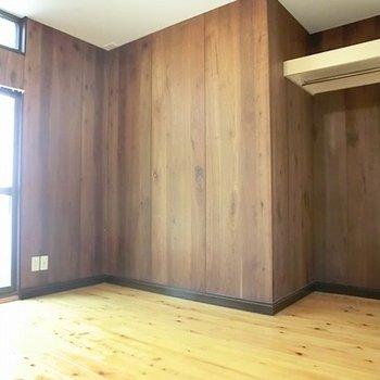 1階6帖洋室。収納たっぷりあります。