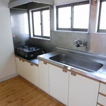 2階キッチンです。窓がたくさん!