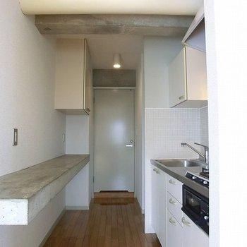 キッチンの背面には、コンクリートのカウンターが。※写真は前回募集時のものです