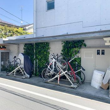 駐輪場、宅配ボックスがまとまってマンション横のスペースに。