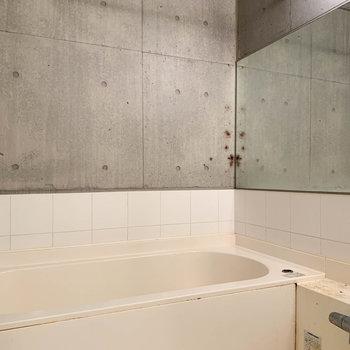 お風呂は乾燥機付きで部屋干し対応です。湯船も広い。