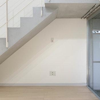階段下スペース。ここにテレビとか置けるかな。