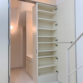 階段降りたあたりにも、シューズボックス兼収納があります。