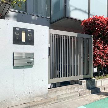 お部屋の入り口は道路沿いに。