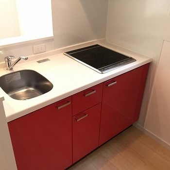 キッチンは赤、お料理もしやすそう