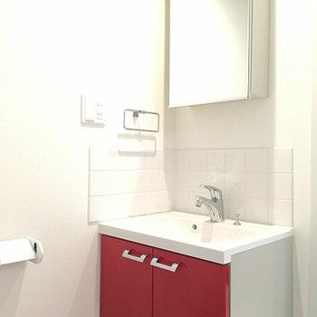 洗面台もキッチンと統一された赤