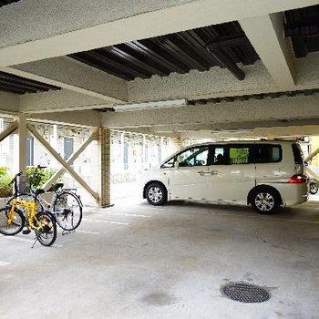 1階は屋根付き駐車場!!自転車も置けます♪