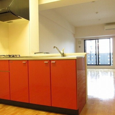 赤のキッチンが映えます