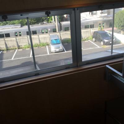 階段側の窓から電車がみえます。