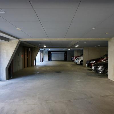 地下には駐車場と駐輪場!