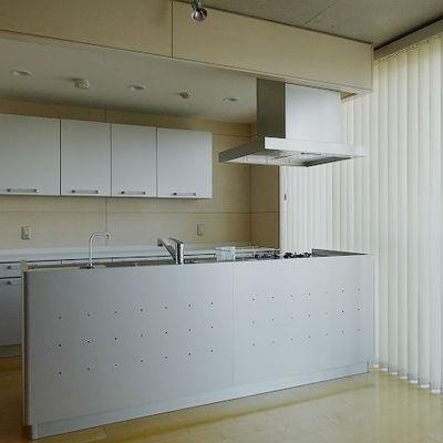 アイランドキッチンとバーチカルブラインド※写真は別部屋です