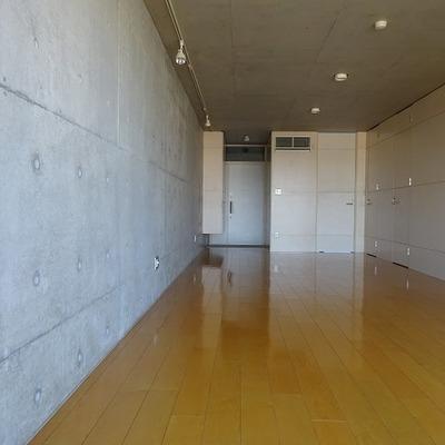 玄関からリビングは丸見えになります※写真は別部屋です
