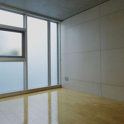 北向きですが一面窓になっているので明るいです※写真は別部屋です