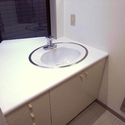 洗面台は小さめ。シンプルです
