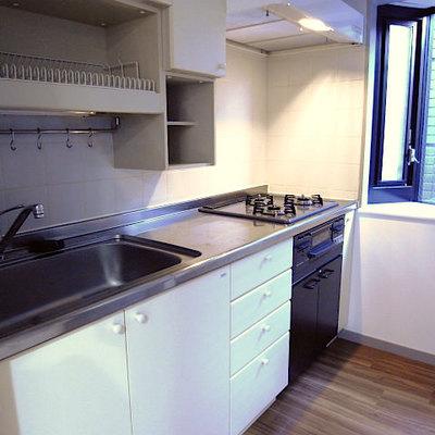 キッチンはシステムキッチン、ガスコンロ、グリル付き!