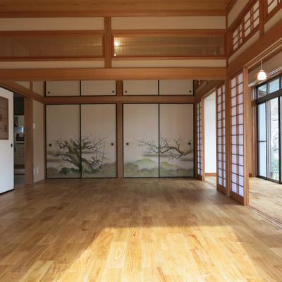 高級感あるヤマグリの床。千本格子が非常に珍しい。