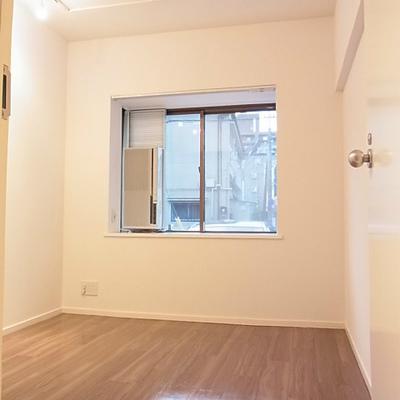 正方形な間取りで使い勝手の良い個室(写真は別室)