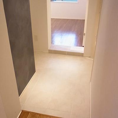 個室とリビングの間に玄関があります(写真は別室)