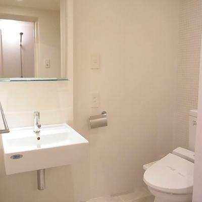 洗面台とトイレ。トイレの後ろはタイル貼りでかわいい(写真は別