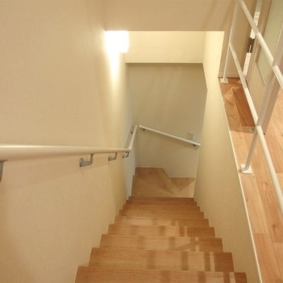 階段も手すり付き※写真は別部屋です