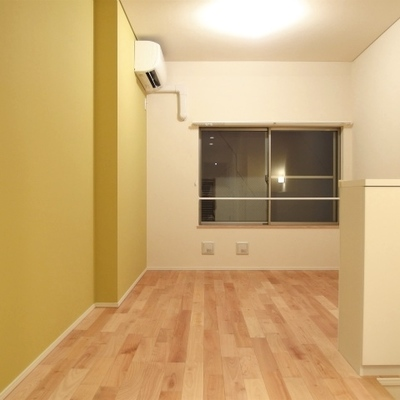 無垢床にアクセントクロス※写真は別部屋です