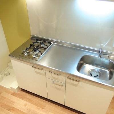 キッチンも立派。こちらはIHコンロ2口※写真は別部屋です