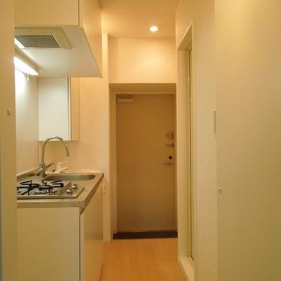 キッチンと玄関※写真別部屋