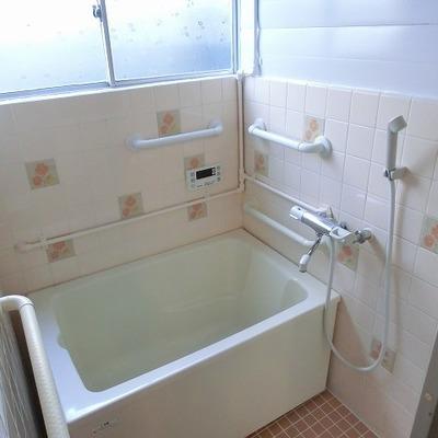 タイルが味を醸すお風呂場。窓があるので明るいですね
