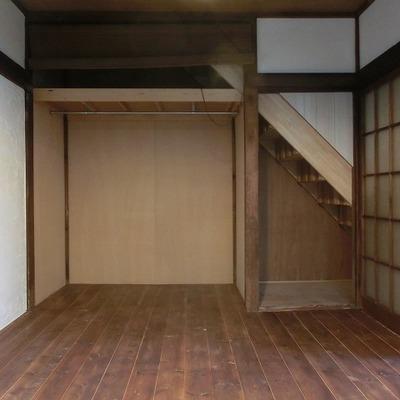 階段下にも収納あり。