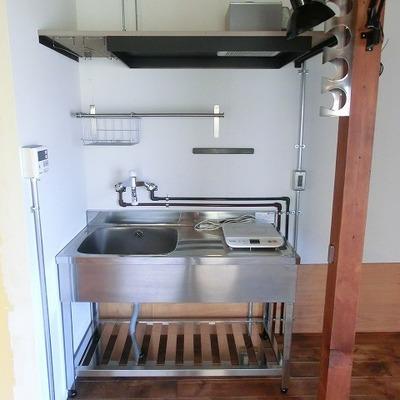 キッチンは厨房風のIHタイプ。