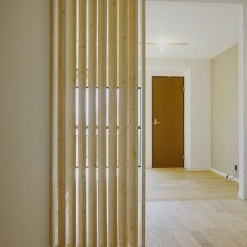 玄関から丸見えにならないように木のルーバーがあります※写真は前回募集時のものです。