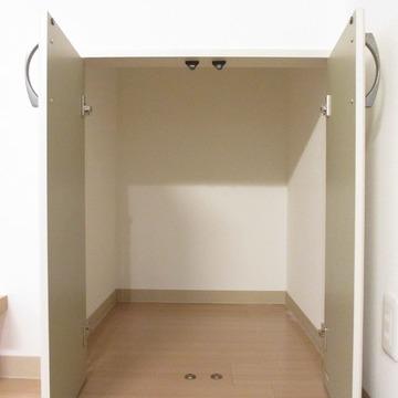 階段下の収納スペース。縦にもまぁまぁあります