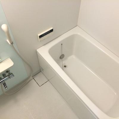 まっしろな浴室。清潔感が漂いますね~