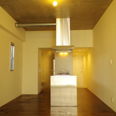 コンクリート打ちっぱなし天井にボール球一灯の潔さ!