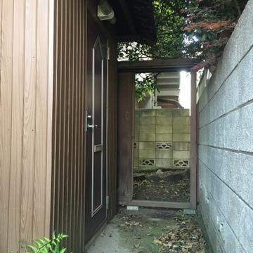 小さな門を進むと。奥は庭になっています
