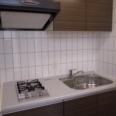 白タイルが清潔感のあるキッチン※写真は別部屋です。