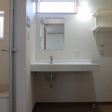 横に広い独立洗面。脱衣所としても◎