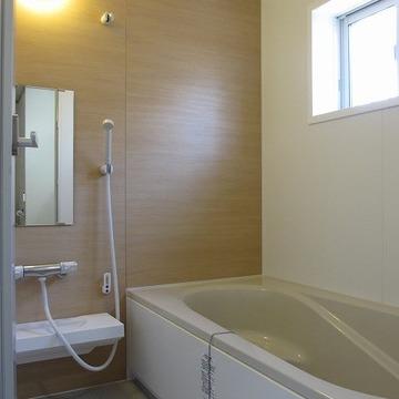 浴室は広々!ゆったり浸かれそうですね。