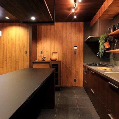 カウンター付きの広々キッチン