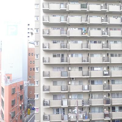 前にはおおきなマンションがあります。