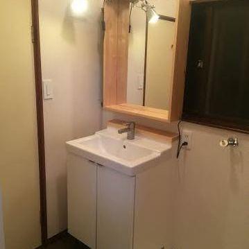 木枠が可愛らしい洗面台